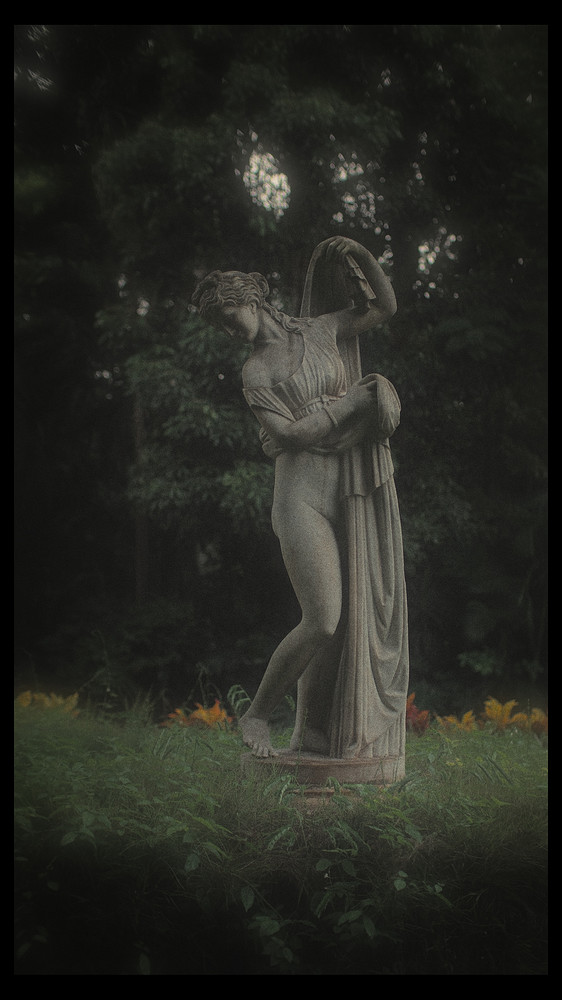 Photo of a sculpture on a rainy day_DSF9434